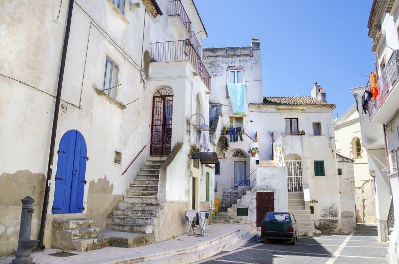 Italienisches Dorf Rodi Gargano der weißen Tür des Gebäudes blauen stockfoto
