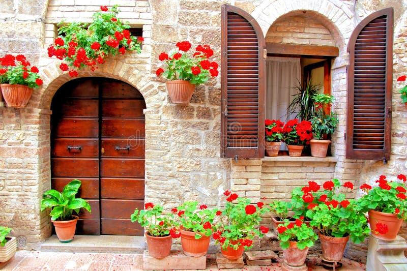 Italienisches Haus mit bunten Blumen stockfotos