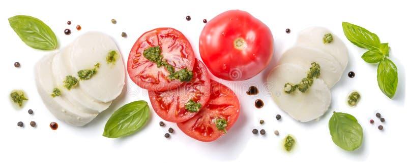 Italienisches Küchekonzept - caprese Salatbestandteile lokalisiert auf Weiß lizenzfreies stockfoto