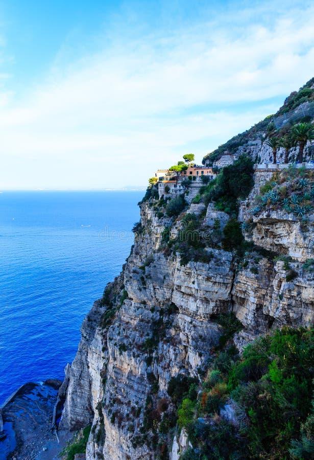 Italienisches Landhaus auf den Klippen über der Amalfi-Küste stockbilder