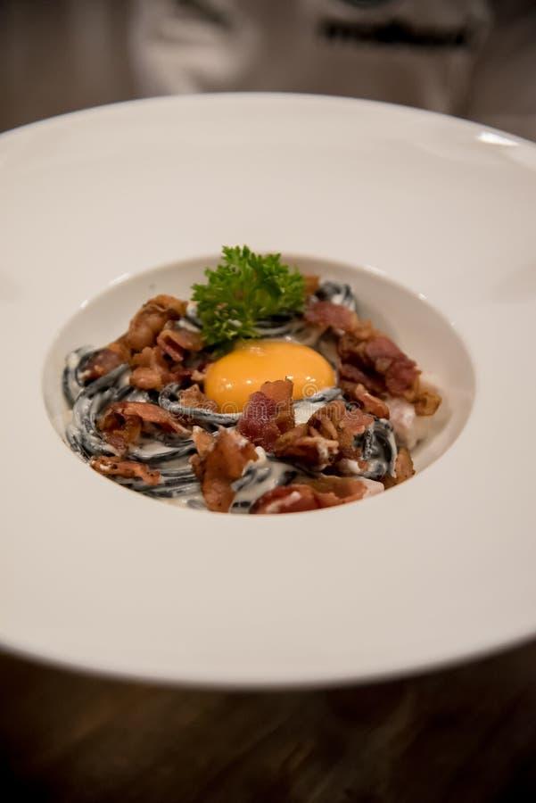Italienisches Lebensmittel, Carbonara-Spaghettis mit Ei stockbild