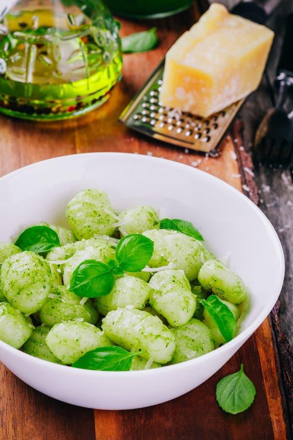 Italienisches Lebensmittel: selbst gemachter Gnocchi mit Pestosoße, -parmesankäse und -basilikum stockfoto