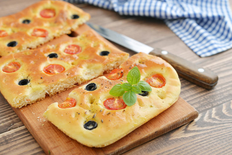 Italienisches Lebensmittel - traditionelles focaccia lizenzfreies stockbild