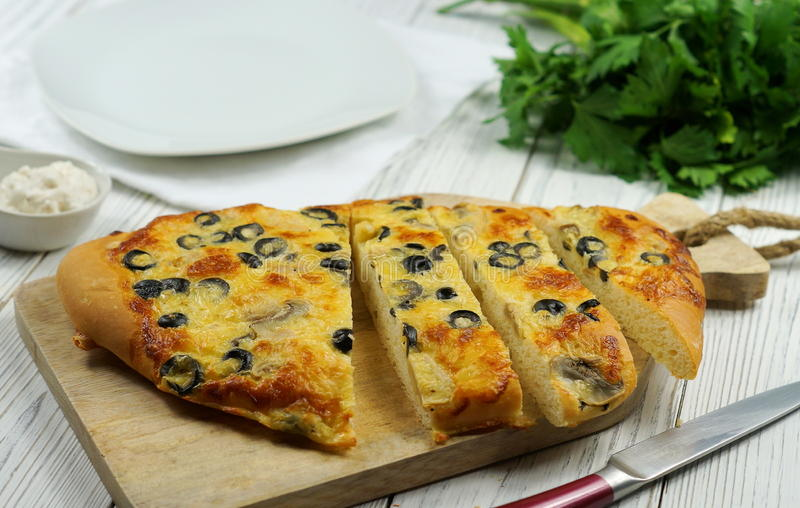 Italienisches Lebensmittel - traditionelles focaccia mit Pilzen und Oliven lizenzfreie stockfotos