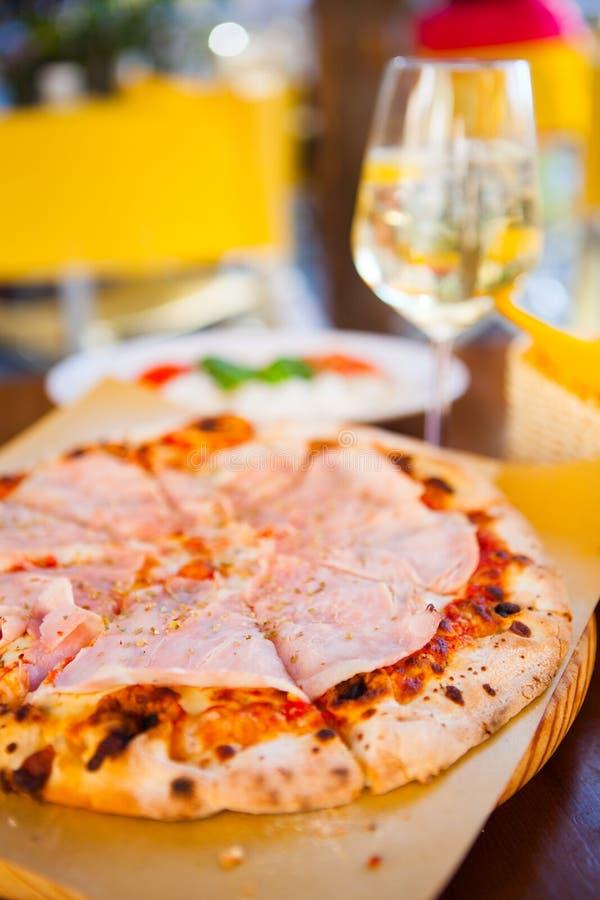 Italienisches Lebensmittelabendessen Pizza mit Tomate Prosciutto-Mozzarella gla lizenzfreies stockfoto