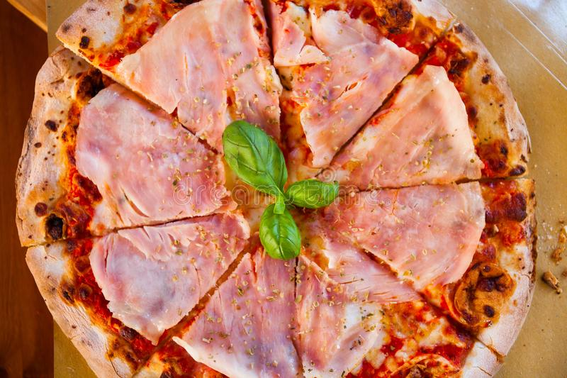 Italienisches Lebensmittelabendessen Pizza mit Tomatenprosciutto und -mozzarella stockfotografie