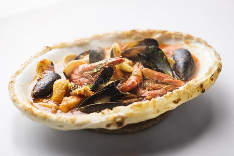Italienisches Meeresfrüchteeintopfgericht gebacken im Brotlaib lizenzfreie stockfotos