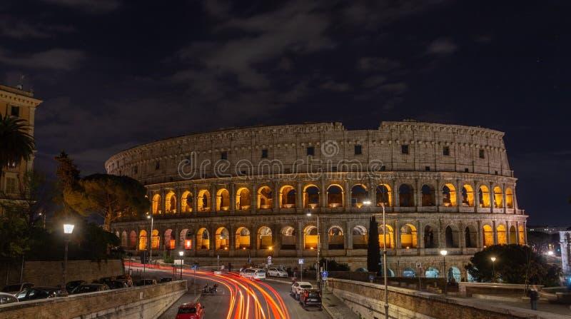 Italienisches Monument zum Colosseum in der Mitte von Rom in der belichteten Nacht stockbilder