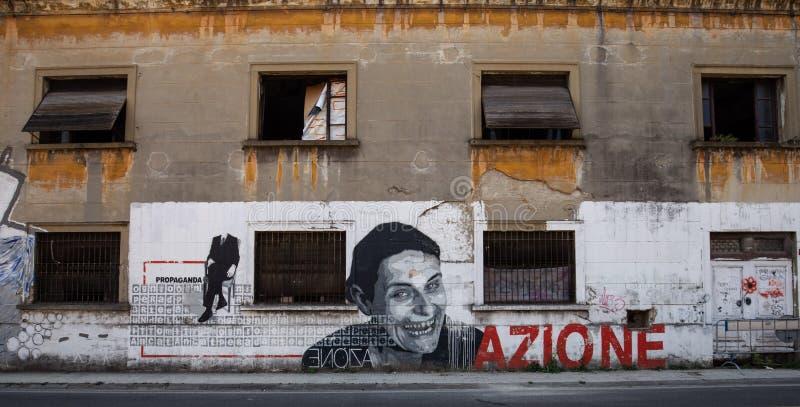 Italienisches politisches Plakat auf der Wand stockfotografie