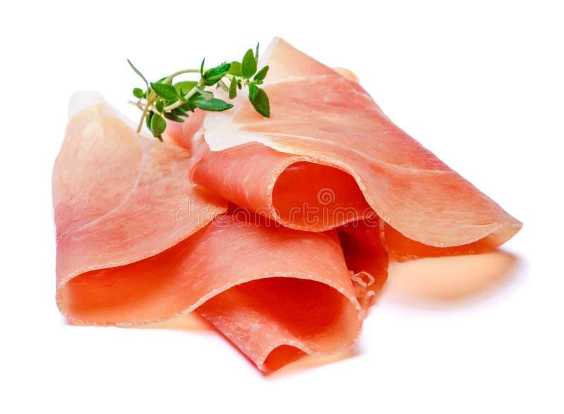 Italienisches Prosciutto crudo oder spanisches jamon Roher Schinken auf weißem Hintergrund lizenzfreie stockfotografie