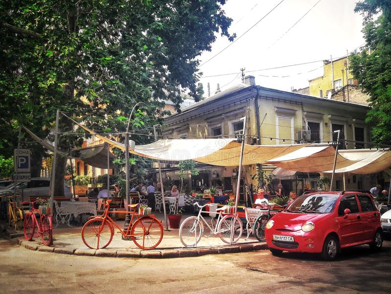 Italienisches Restaurant, Café, interessanter Innenraum an einem sonnigen Tag stockbilder