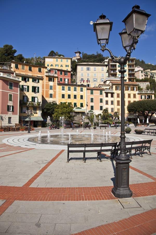 Italienisches Riviera-typisches Dorf lizenzfreie stockbilder