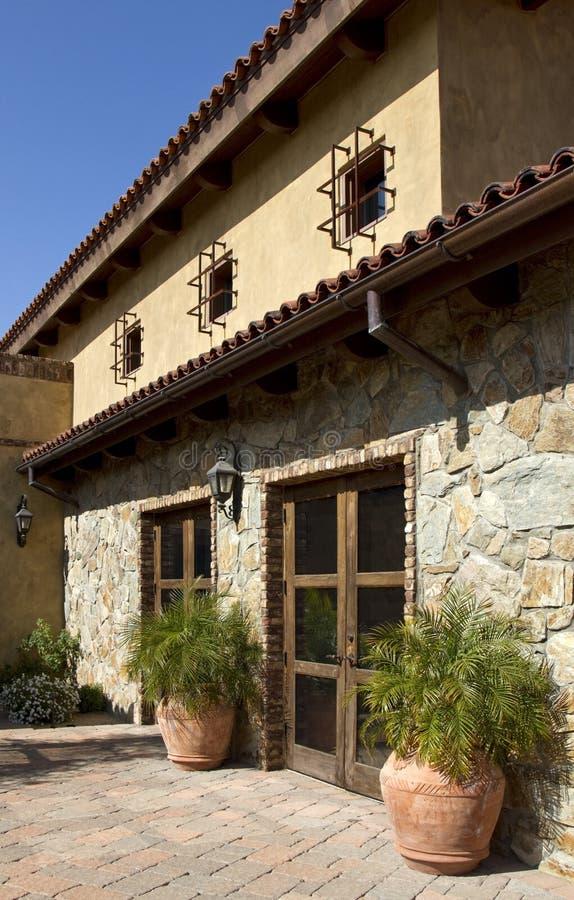 Italienisches Steinlandhaushaus und -patio stockbilder