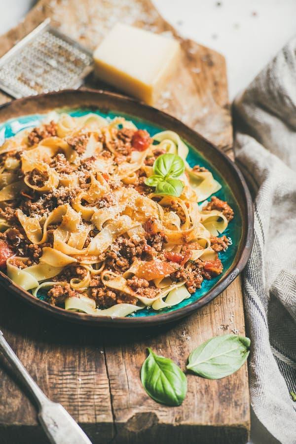 Italienisches traditionelles Teigwarenabendessen mit Bandnudeln Bewohner von Bolognese und Tomatensauce lizenzfreies stockbild