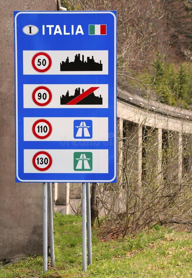 italienisches Verkehrszeichen auf der Grenze lizenzfreies stockbild