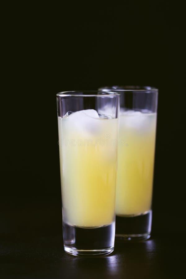 Italienisches Zitronenkalk-Likör limoncello mit Eis und Minze stockbilder