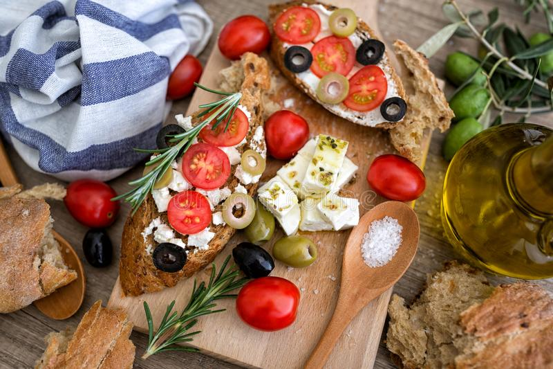 Italiensk bruschetta för bästa sikt med tomater, mozzarellaost, ol fotografering för bildbyråer
