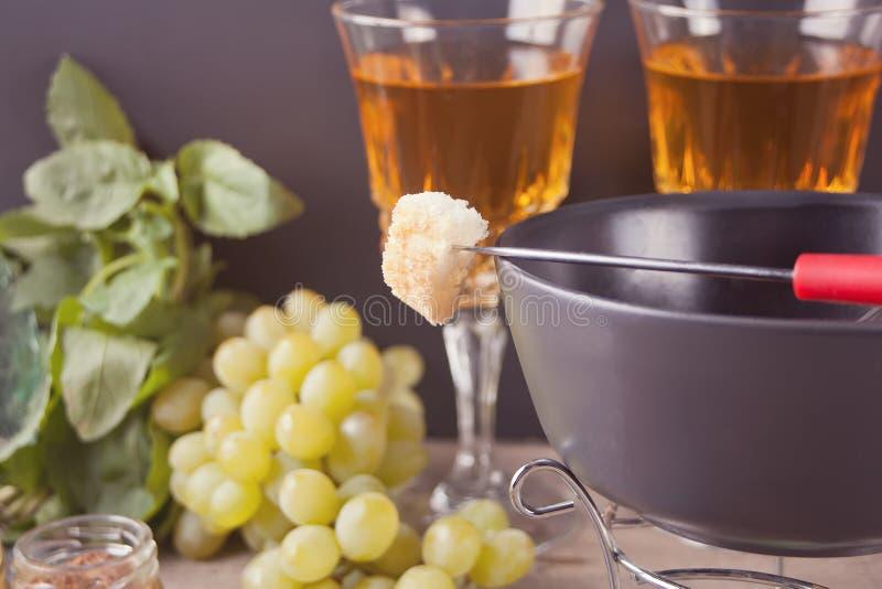 Italiensk bruschetta i sortimentet på plattan, exponeringsglas med vitt vin, druvor, fondue Parti- eller matställebegrepp arkivbilder