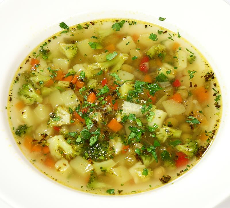 Italiensk buljong för minestronesoppagrönsak med ratatouille- och parmesanost royaltyfria bilder