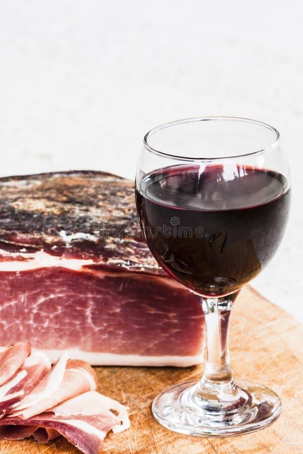 Italiensk fläck och rött vin royaltyfria foton
