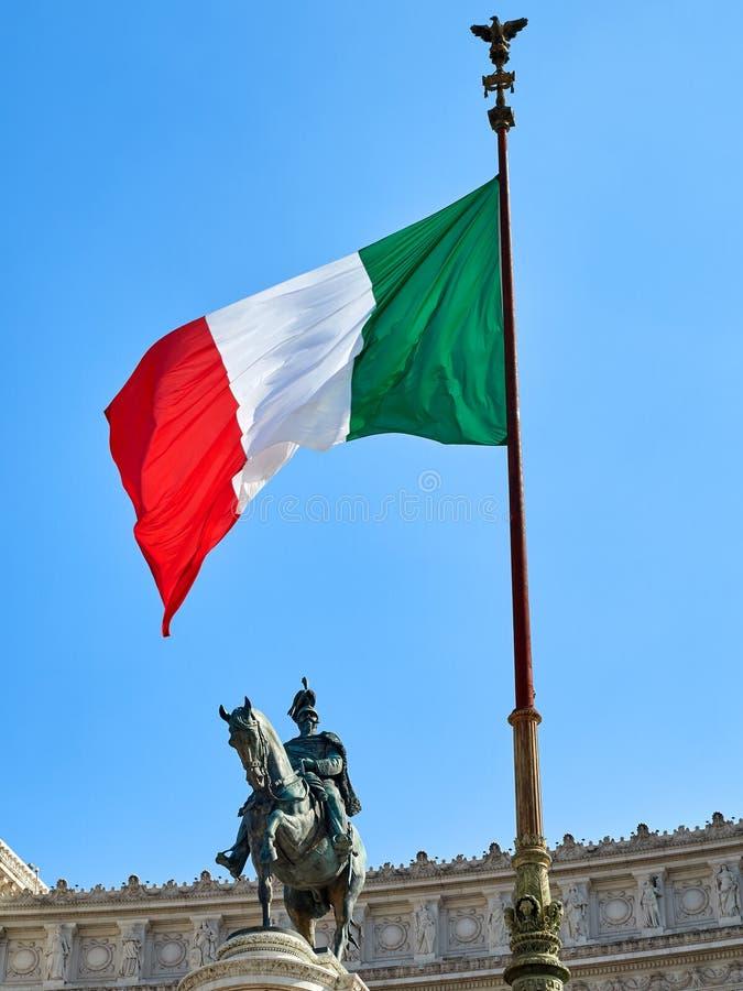 Italiensk flagga som vinkar på altaret av fäderneslandet Rome Italien royaltyfria bilder