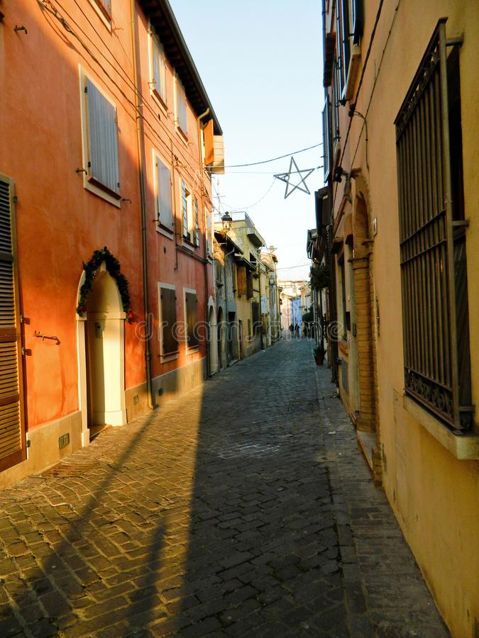 Italiensk gata i den gamla staden, Rimini, Italien Europa Vråer och crannies i Riminien Smal gränd med gamla byggnader i typisk d royaltyfria bilder