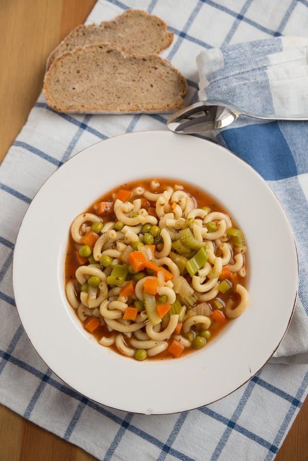 Italiensk grönsakminestronesoppa i en bunke royaltyfria bilder