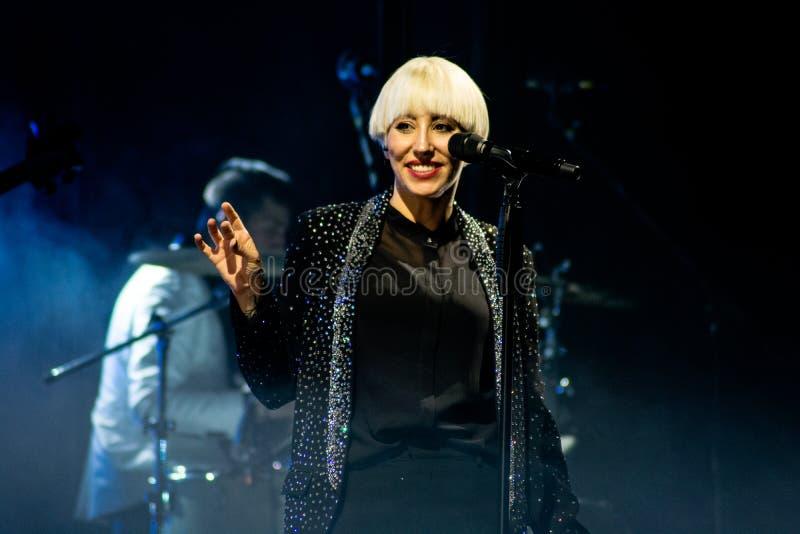 Italiensk h?rlig s?ngare Malika Ayane i konsert royaltyfri foto