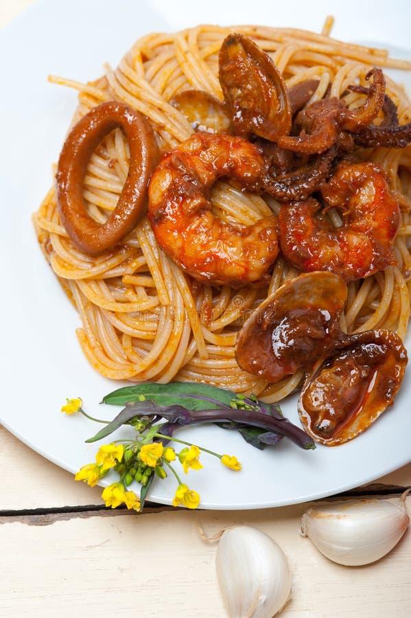 Italiensk havs- spagettipasta på röd tomatsås royaltyfri fotografi