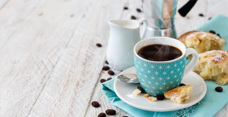 Italiensk kaffeuppsättning för frukost arkivfoton