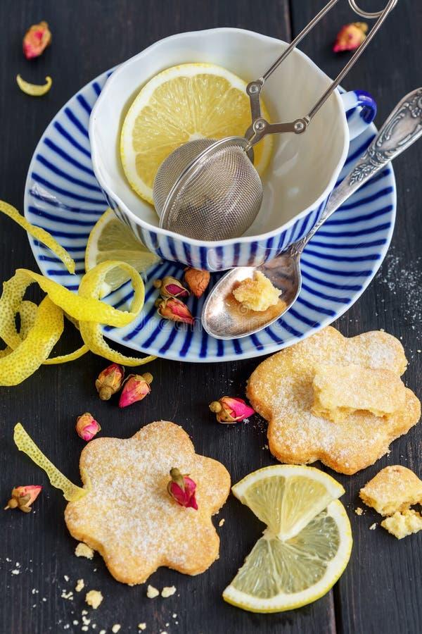 Italiensk kopp för kakor Canestrelli, citron- och te arkivfoto