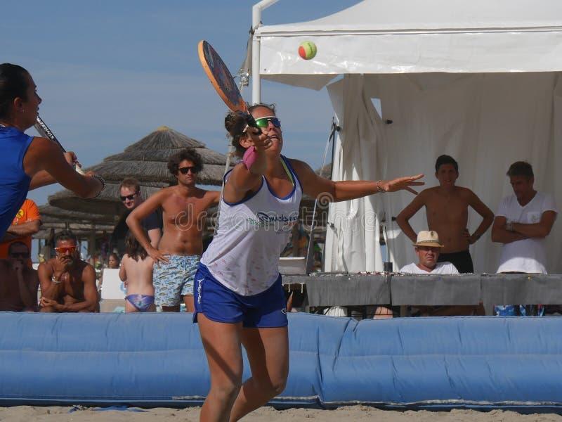 Italiensk mästerskap 2018 för FÄRDIG strandtennis - dubbel kvinnafinal arkivbild