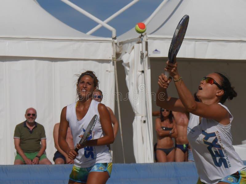 Italiensk mästerskap 2018 för FÄRDIG strandtennis - dubbel kvinnafinal royaltyfria foton