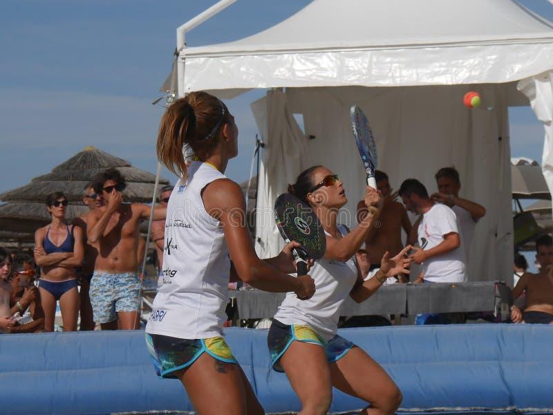 Italiensk mästerskap 2018 för FÄRDIG strandtennis - dubbel kvinnafinal royaltyfri fotografi