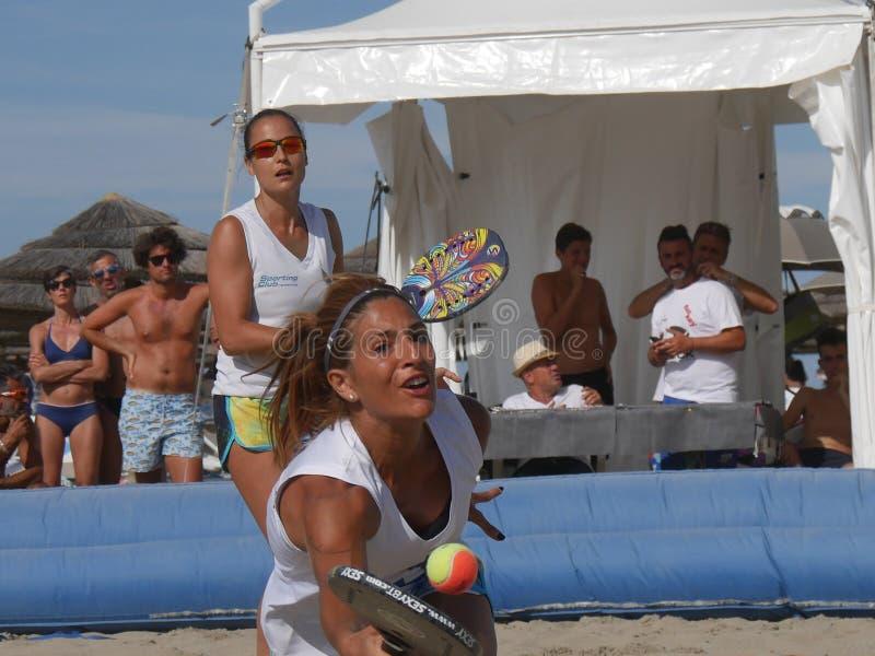Italiensk mästerskap 2018 för FÄRDIG strandtennis - dubbel kvinnafinal royaltyfri foto