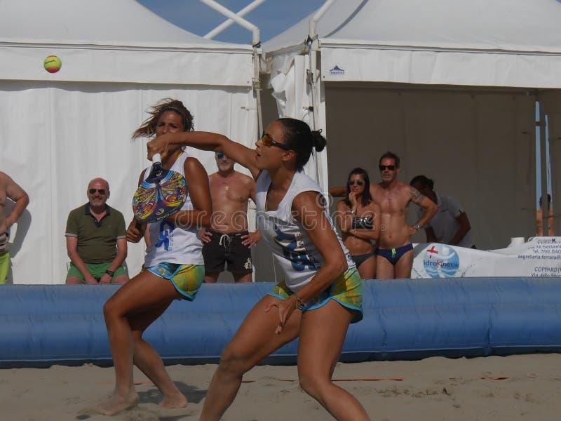 Italiensk mästerskap 2018 för FÄRDIG strandtennis - dubbel kvinnafinal arkivfoto