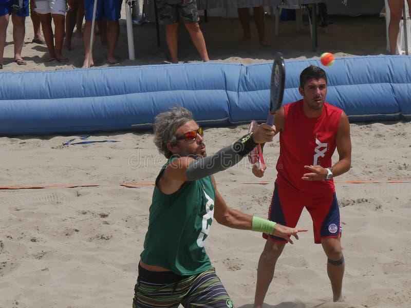 Italiensk mästerskap 2018 för FÄRDIG strandtennis - halv final för dubbla män arkivbild