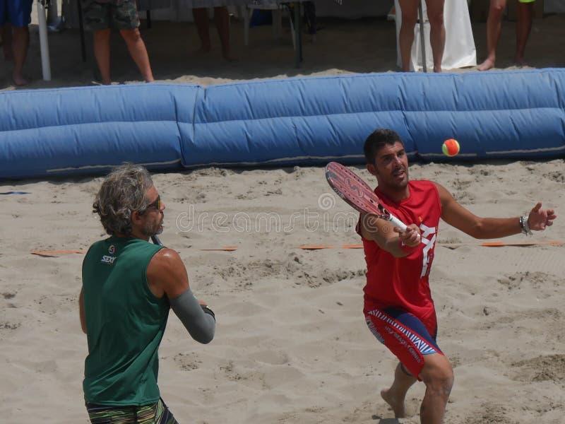 Italiensk mästerskap 2018 för FÄRDIG strandtennis - halv final för dubbla män arkivfoto