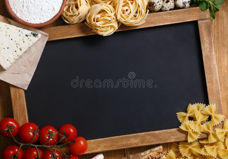 Italiensk mat med den svart tavlan arkivbild