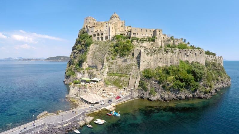 Italiensk medeltida Aragonese slott i golf av Naples, fantastisk flyg- sikt royaltyfri fotografi