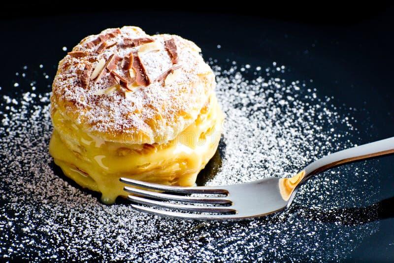 Italiensk Millefoglie bakelse med custard på svart maträtt royaltyfria foton