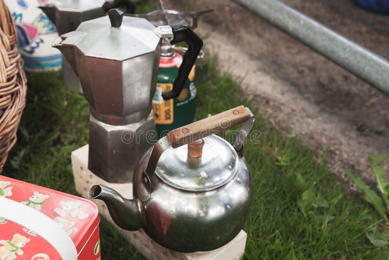 Italiensk mokakrukakaffebryggare och tekanna royaltyfria foton