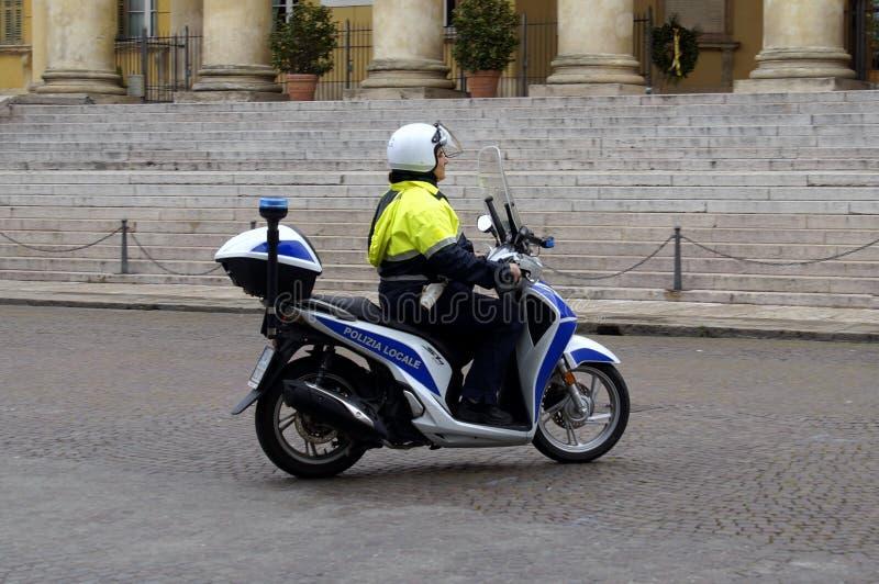 Italiensk närpolis mer officier körande a var nedstämd royaltyfri bild