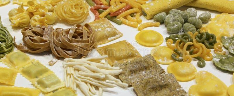 Italiensk ny pasta med tortellinien och lasagne som är till salu i royaltyfri foto