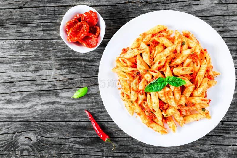 Italiensk pasta Penne med Sol-torkad tomatPesto, bästa sikt royaltyfria bilder