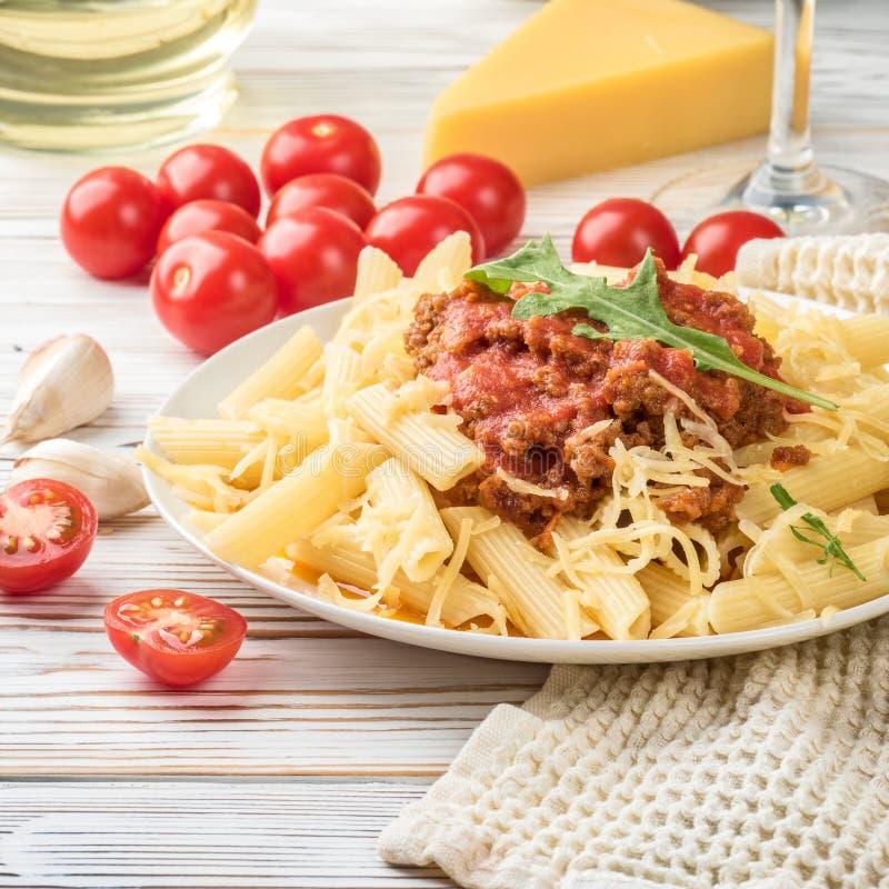 Italiensk pasta som är bolognese från köttfärs för pastapennerigatone i tomatsås och parmesanost arkivbilder