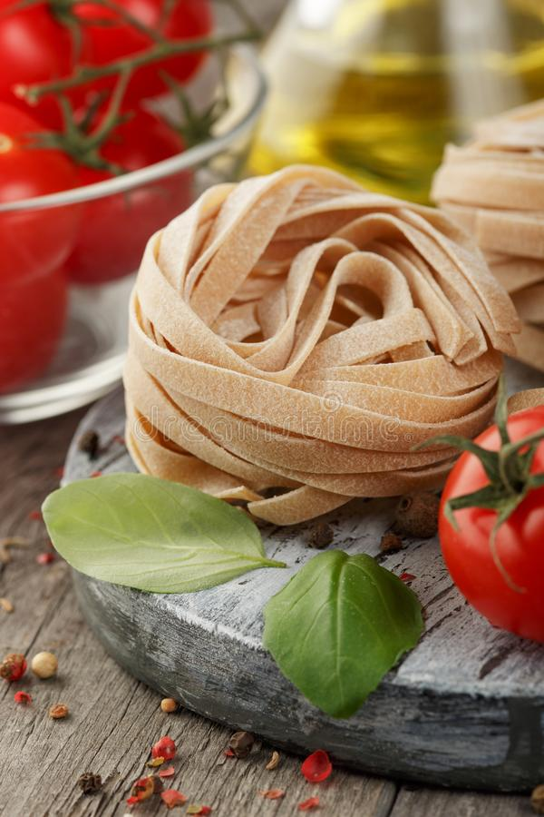 italiensk pasta Torr pastabakgrund royaltyfri foto