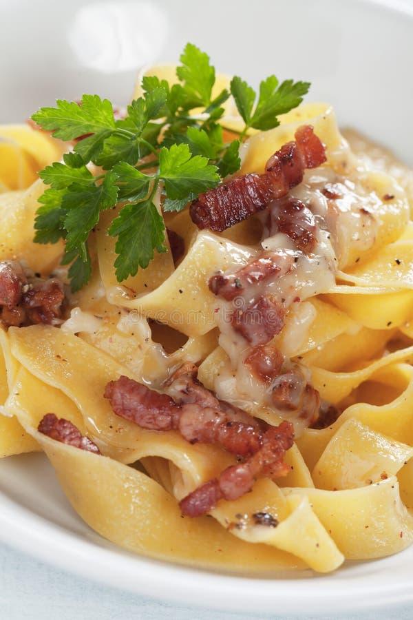 Italiensk pastacarbonara royaltyfria bilder