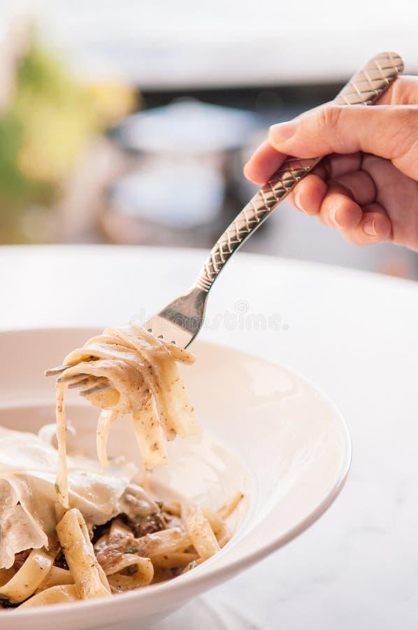 Italiensk pastafettuccine alfredo med höna, parmesan och truf royaltyfri bild