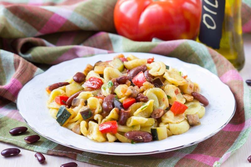 Italiensk pastaorecchiette med ragu av grönsaker och bönor royaltyfria foton